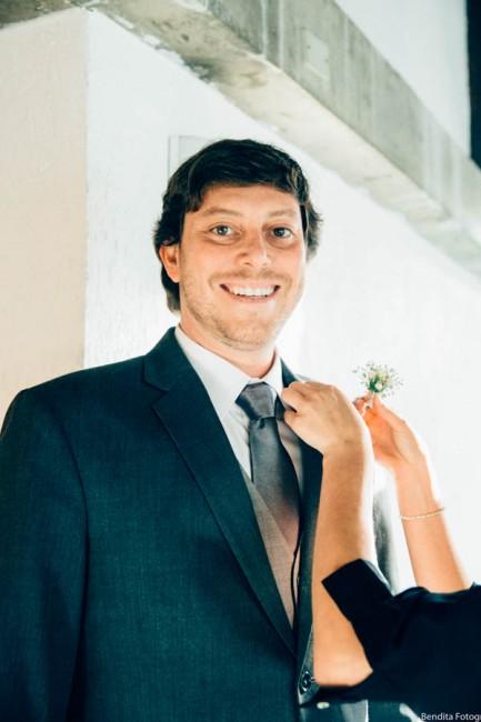Fotos de casamento, Bendita Fotografia, Vestido de Noiva, mini wedding, noiva, casamento em casa,  noivo, lapela