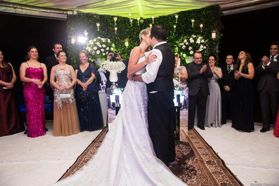 fotos de casamento, vestido de noiva, casamento monica e netao, noiva batom vermelho, foto de casamento, casamento de noite, passarela de espelho
